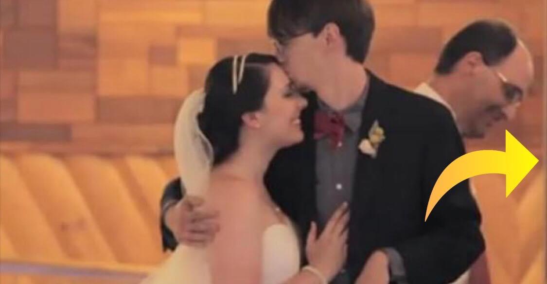 Gommen kyssede sin brud - hvorefter han gik hen til en anden kvinde