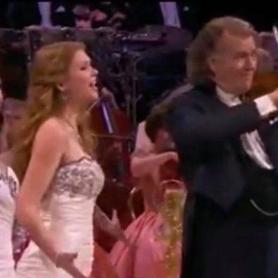 Nummeret Hallelujah bliver sunget som opera - ''man bliver draget ind i en anden verden''