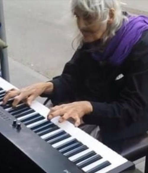 Hjemløs ældre dame spiller klaver på gaden - Hendes evne til dette er ubeskrivelig!